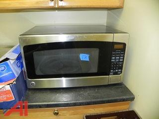 General Electric Microwave (D17)